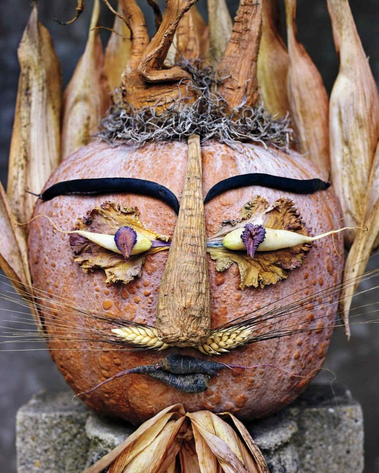 Zucche di halloween e una decorata con diversi ortaggi per formare una faccia paurosa