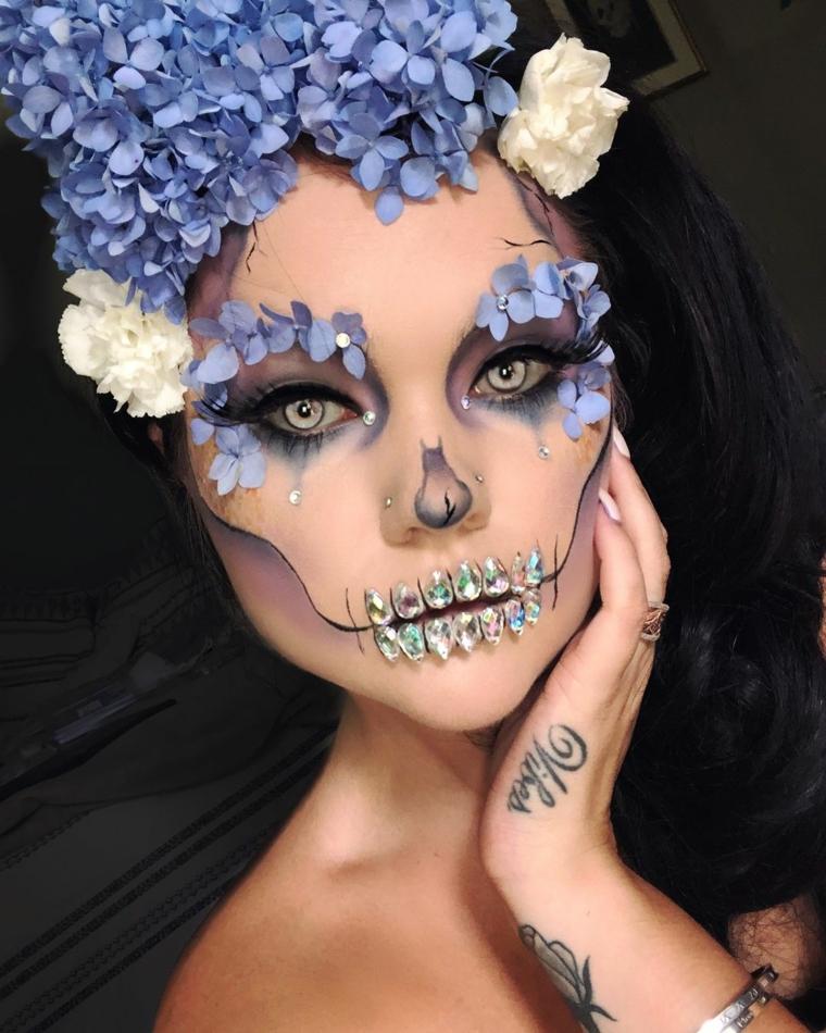 Trucchi Halloween facili, ragazza con denti da scheletro con diamanti e fiori incollati sulle sopracciglia