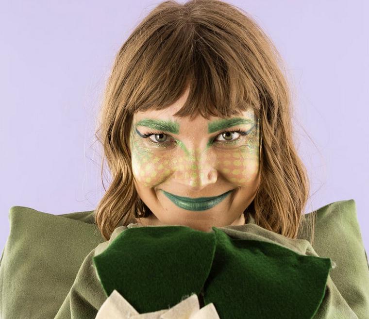 Costumi Halloween originali, idea con una ragazza travestita da dinosauro con un trucco particolare