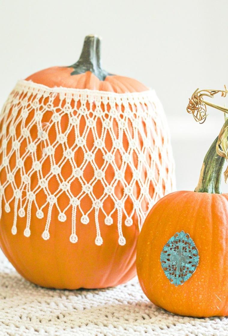 Foto zucche di Halloween, idea decorazione con elemento metallico e lavoretto all'uncinetto