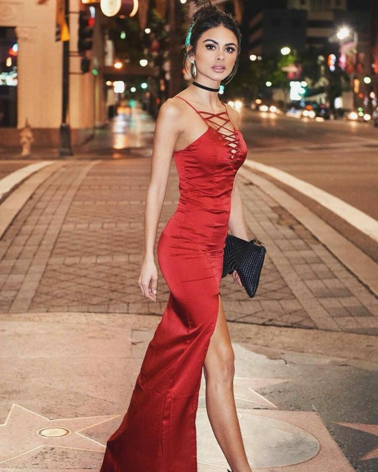 Vestiti firmati e una proposta di abbigliamento con un abito da sera colore rosso con spacco davanti
