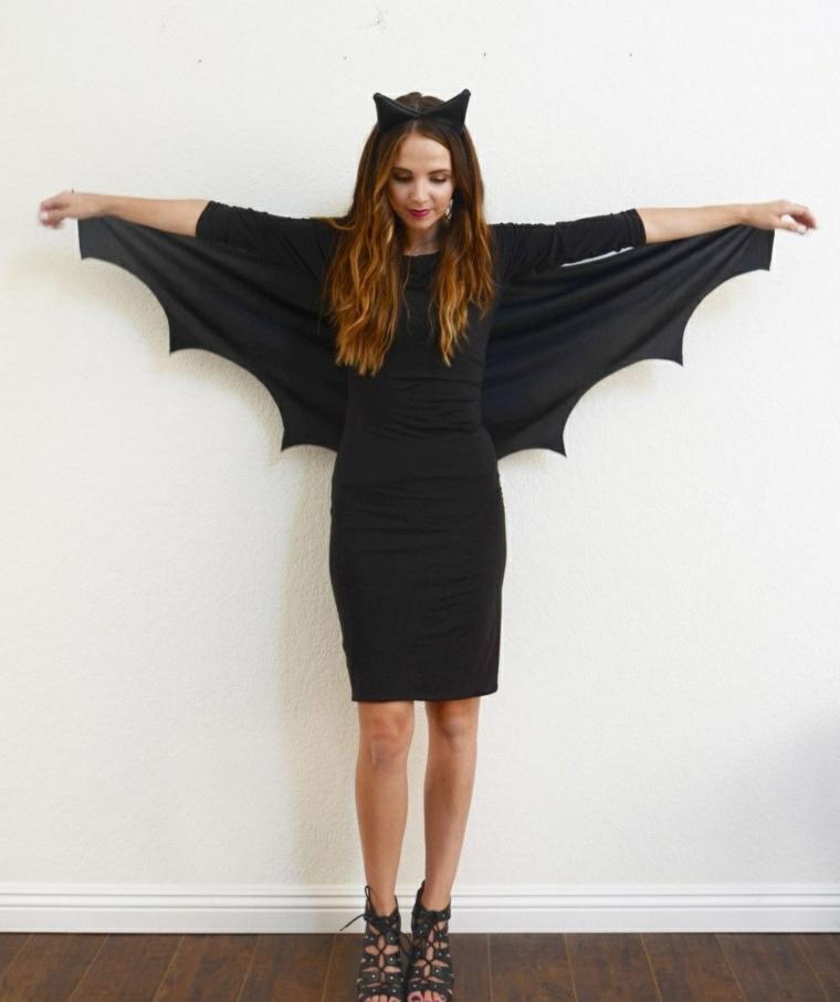 Ragazza con un vestito nero lunghezza sopra il ginocchio e copri spalle a forma di pipistrello