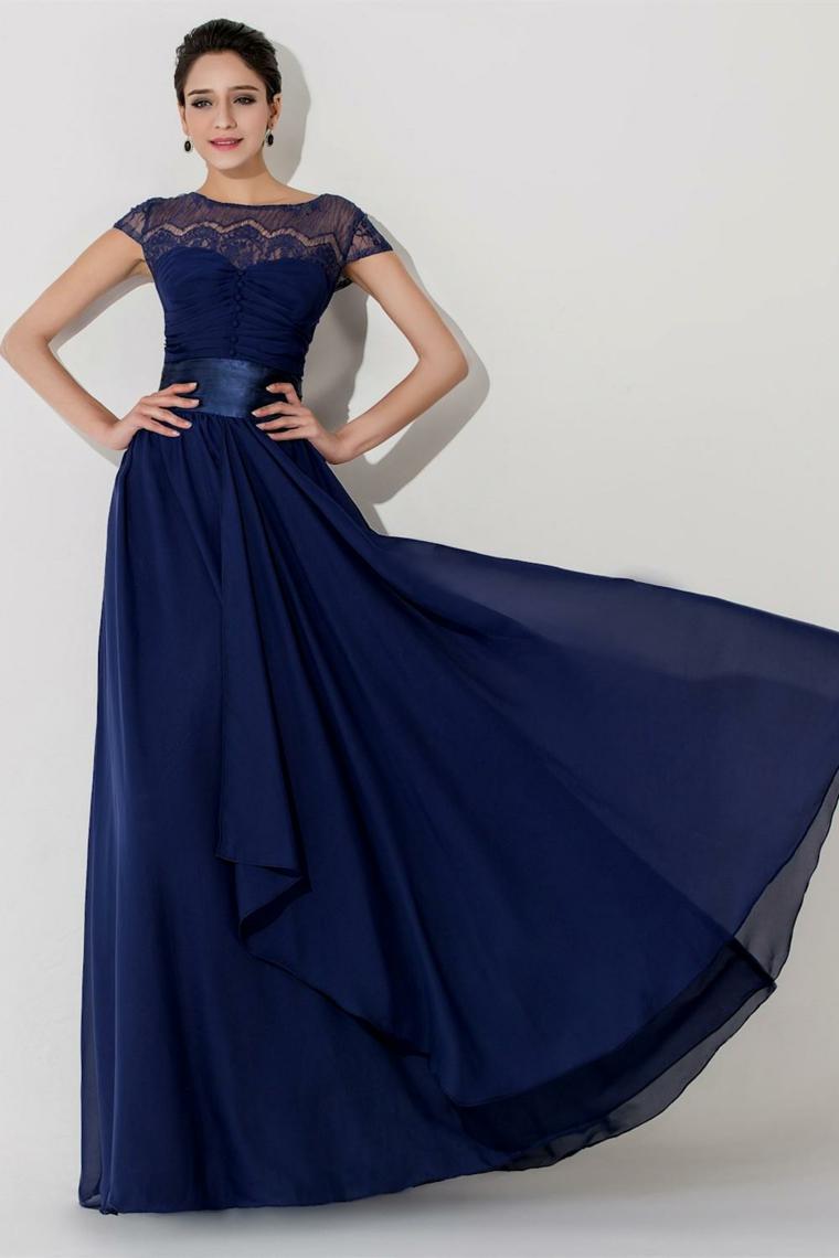 Donna con un elegante vestito di colore blu con fascia e pizzo sulle spalle