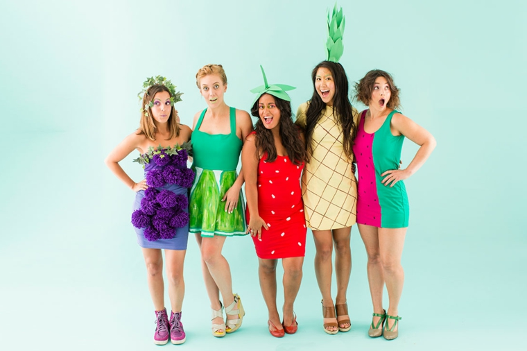 Costumi Halloween ragazza, idea con dei travestimenti da frutta con abiti e accessori a tema