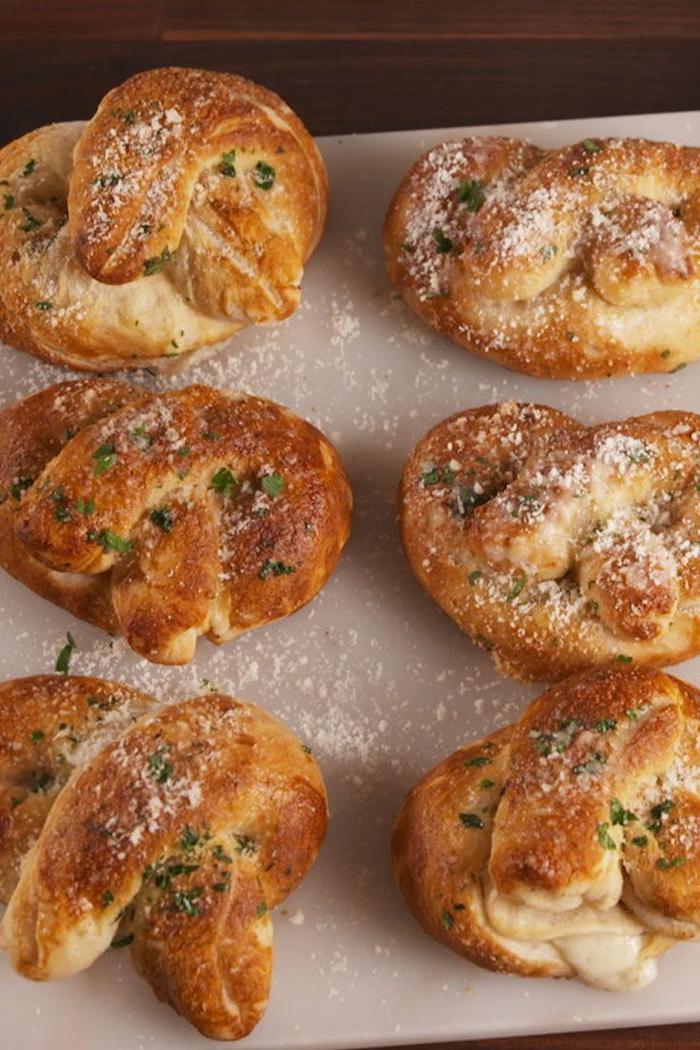 Antipasti vegani e un'idea con dei panini semplice con prezzemolo