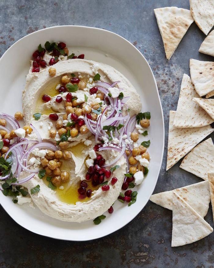 Antipasti vegetariani e tortilla accompagnati da hummus di ceci e cipolla rossa