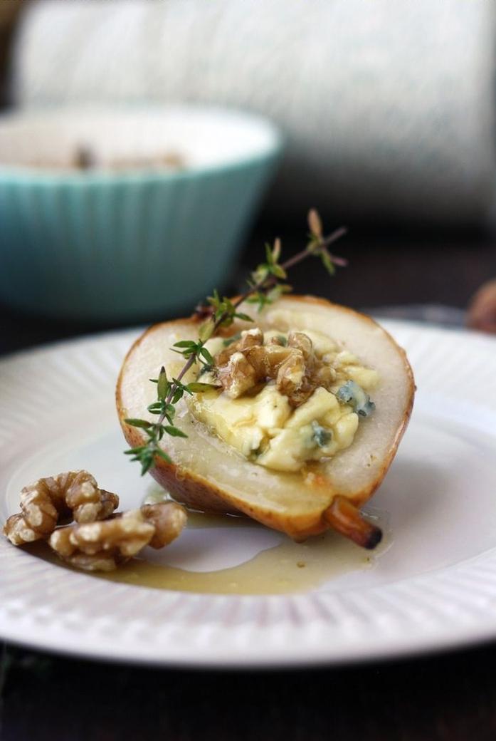Aperitivo vegano e un'idea con pera cotta con noci e miele