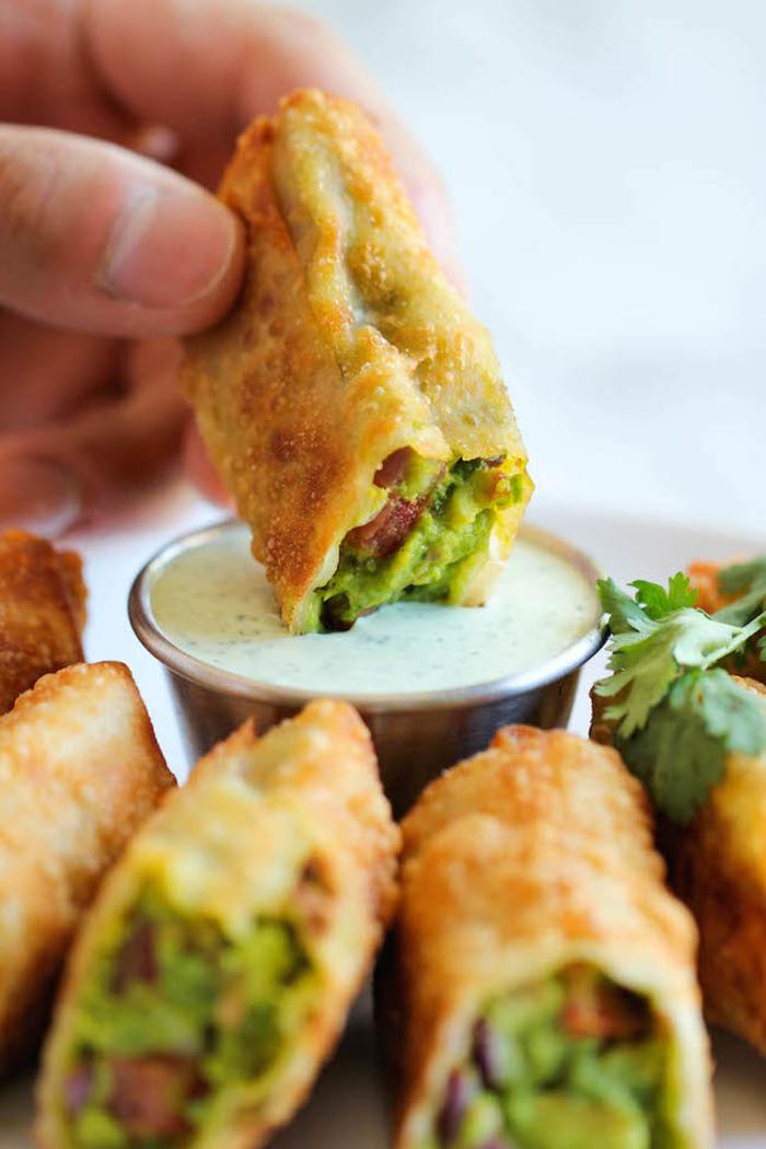 Aperitivo vegano e un'idea con dei bastoncini fritti di avocado e verdure