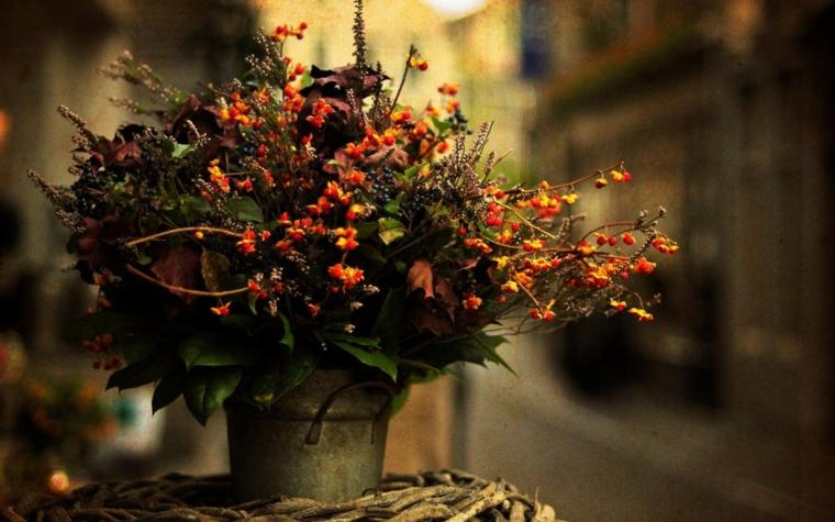 Immagini autunnali bellissime, un vaso di metallo vintage con dei fiori tipici per l'autunno