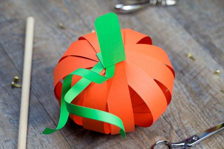 Zucche ornamentali di carta, lavoretto con la carta colorata di arancione e verde