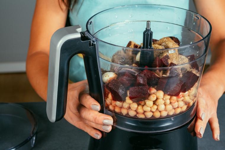 Hummus di ceci, frullatore con ingredienti, barbabietole rosse bollite e ceci