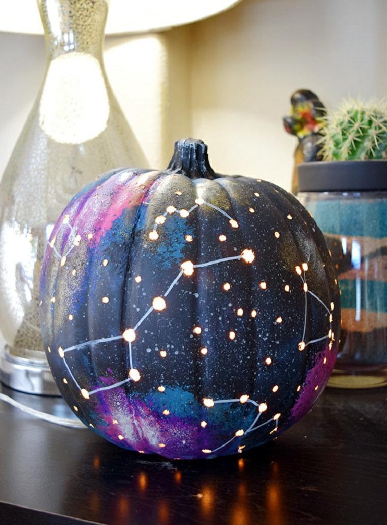 Disegno zucca Halloween costellazione su una base di colore blu e viola