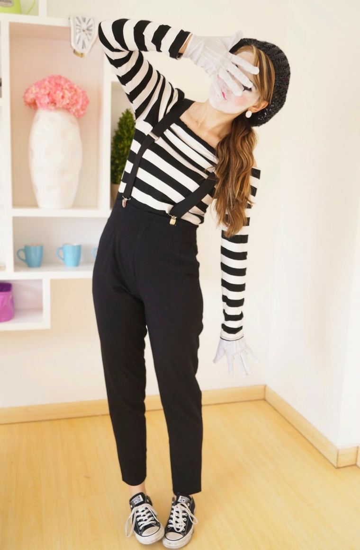 Travestimenti Halloween, ragazza vestita con un pantalone nero e maglietta a strisce come un mimo