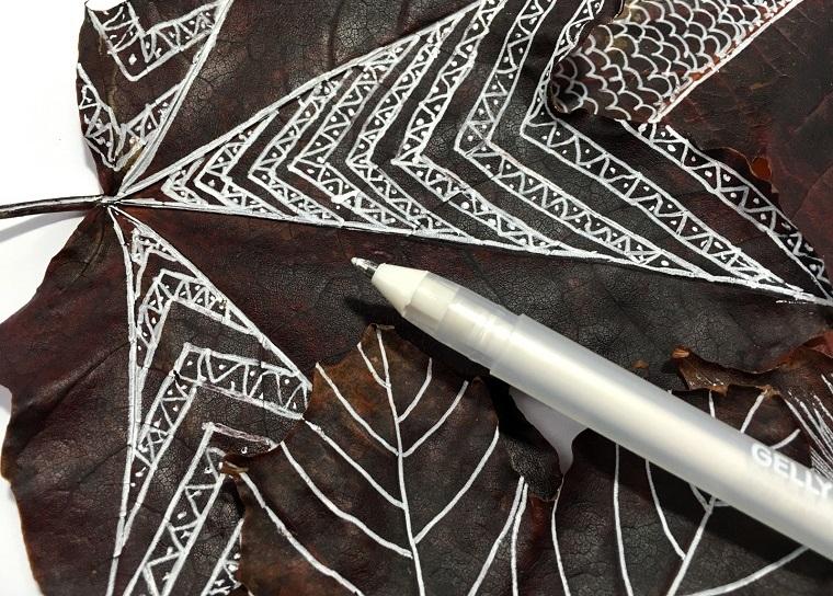 Immagini foglie autunnali, idea disegno forme geometriche con un pennarello bianco