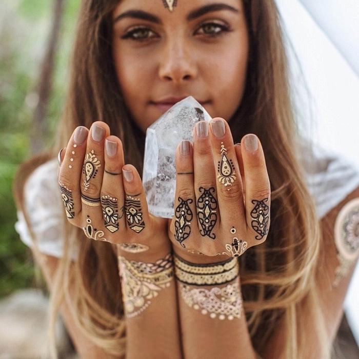 Tattoo sulle mani e una proposta con tatuaggio henna di colore bianco