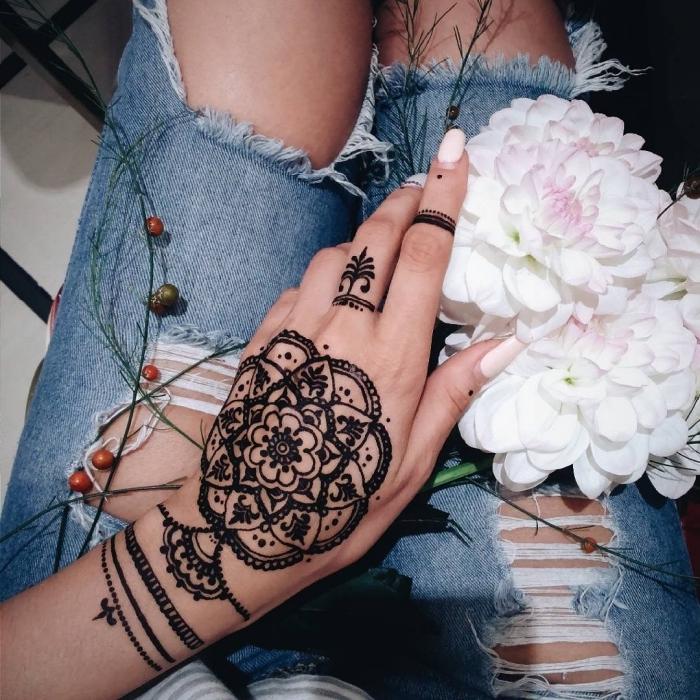 Idea per dei tatuaggi piccoli mani e una proposta con henna tattoo sula mano di una donna