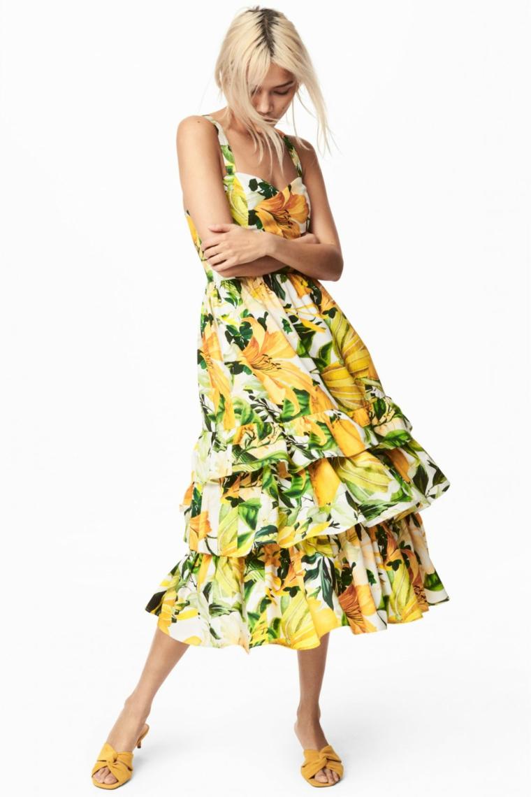 Vestiti lunghi estivi e una proposta con un maxi abito a stampe floreali di colore giallo