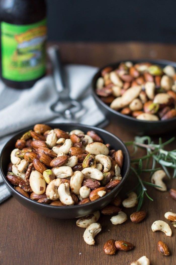 Antipasti vegani e un'idea con una ciotola di noccioline piccanti