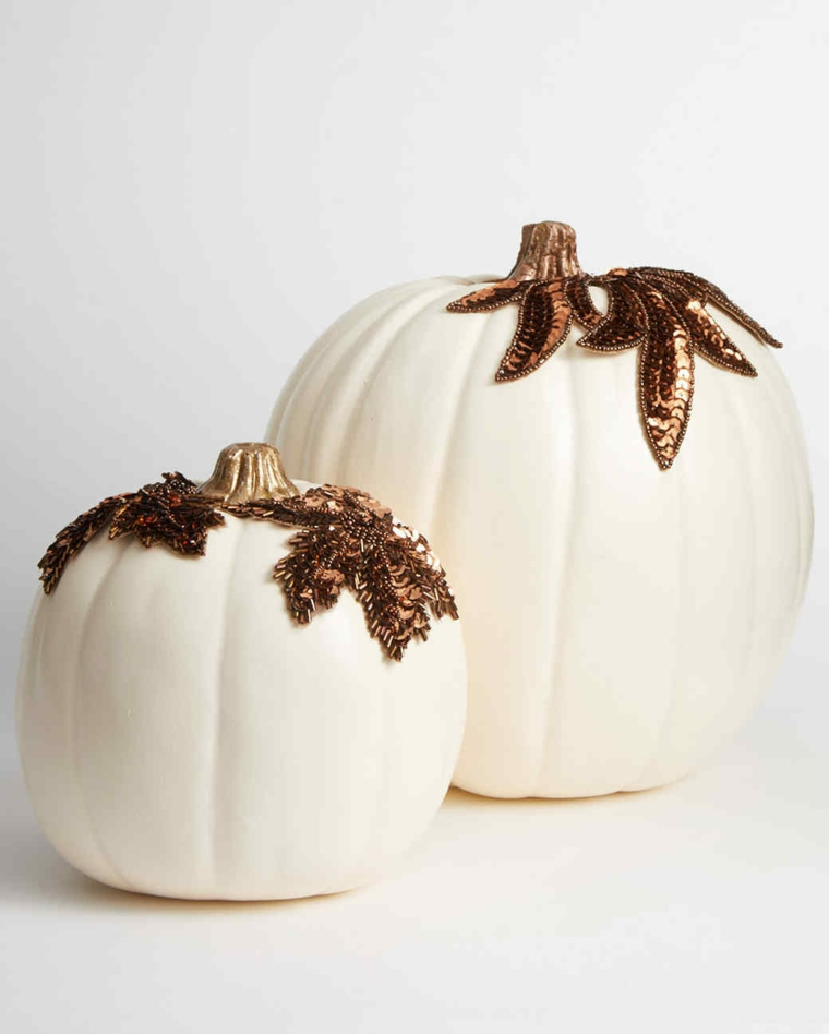 Zucche ornamentali per Halloween decorate con paillettes color rame a forma di foglia