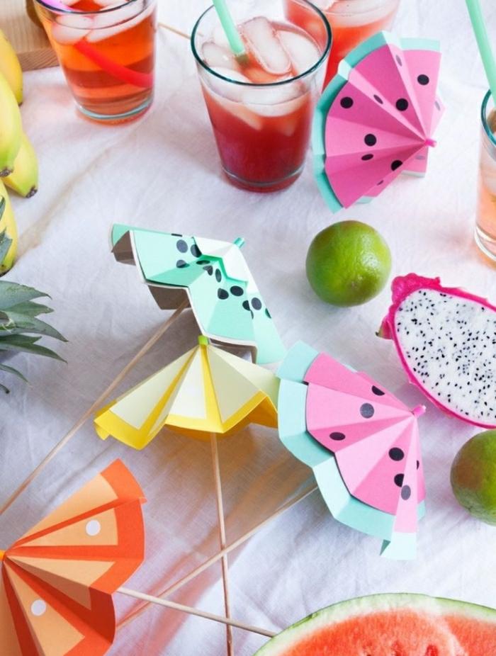 Idee lavoro fai da te con degli ombrellini decorativi realizzati con della carta colorata