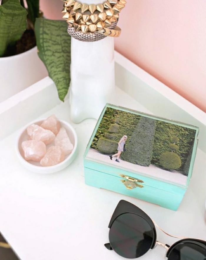 Una scatola di legno colore blu decorata con una fotografia incollata