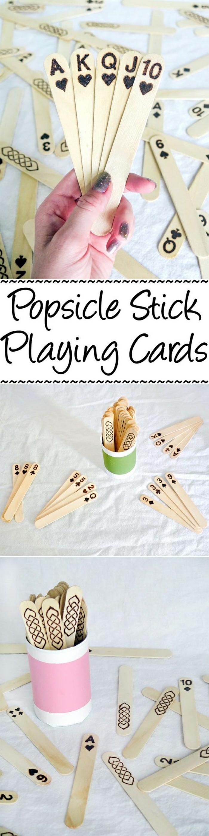 I stecchini di legno del gelato utilizzati come carte da gioco per bambini