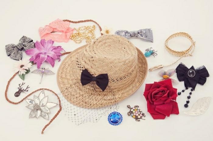 Alcune idee artigianali per decorare un cappello di paglia con un fiocco di colore nero