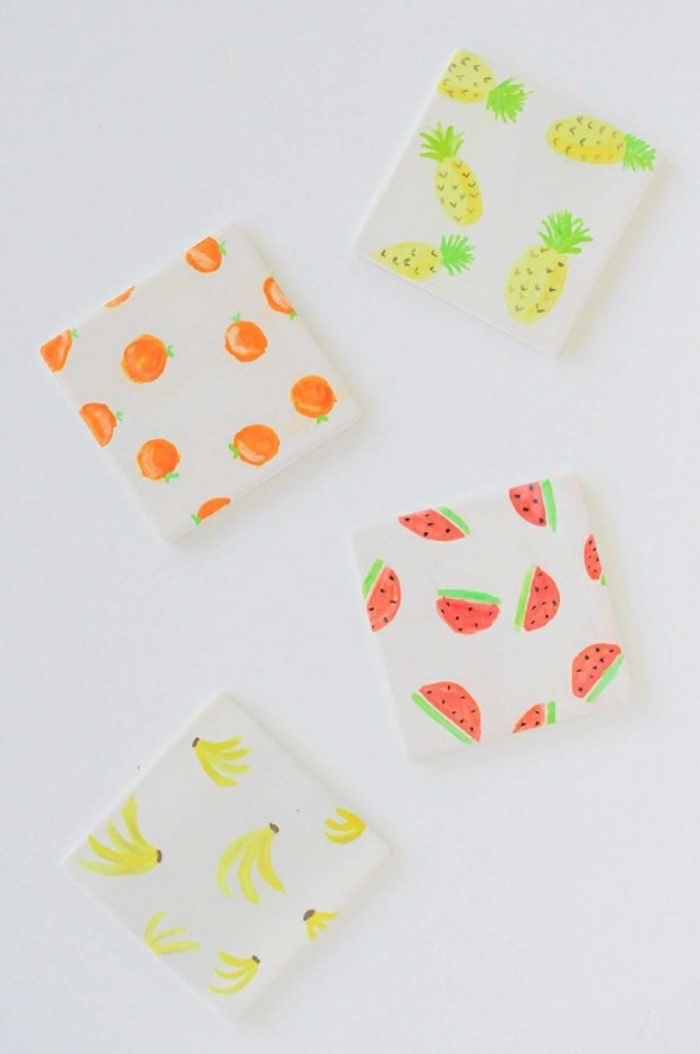 Attività innovative con della carta colorata adesiva per decorare i quaderni