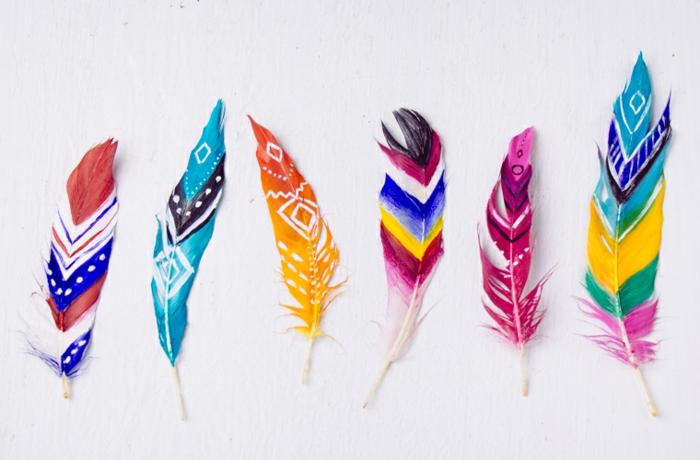 Lavori fatti a mano, piume dipinte con vari colori e motivi