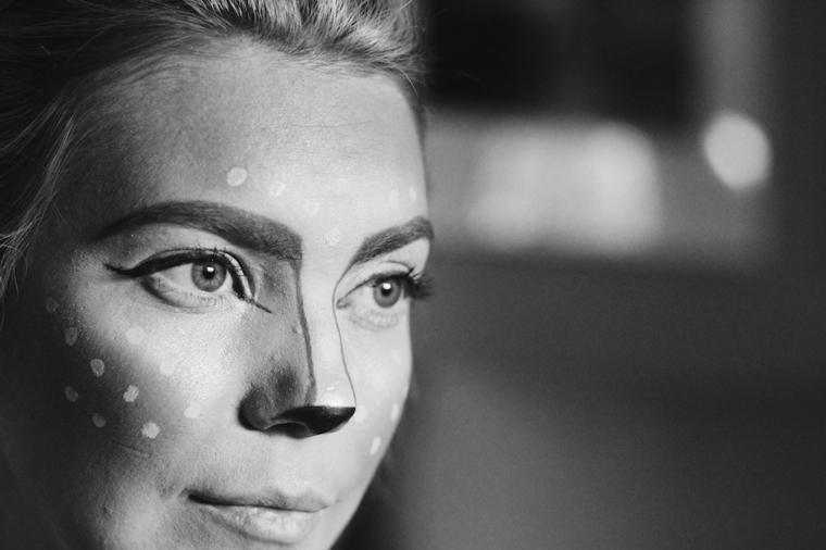 Immagine bianco e nera di una ragazza truccata come un cervo con correttore e contouring