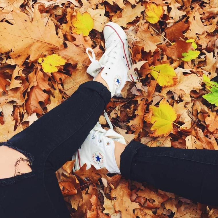 Idea immagini foglie autunnali secche di color giallo, ragazza con delle converse alte bianche