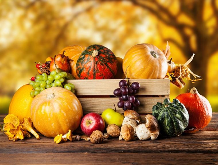 Immagini paesaggi autunnali e un'idea con cesto di legno con zucche e frutta d'autunno