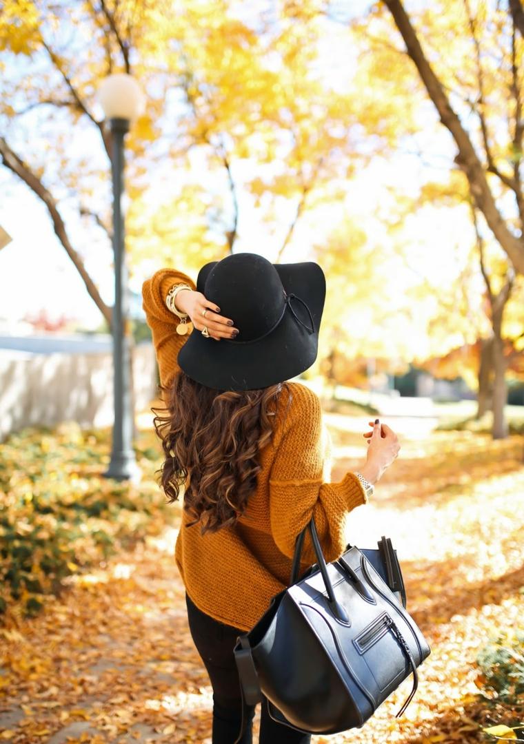 Immagini autunno e un'idea di abbigliamento con cappello e maglione di lana