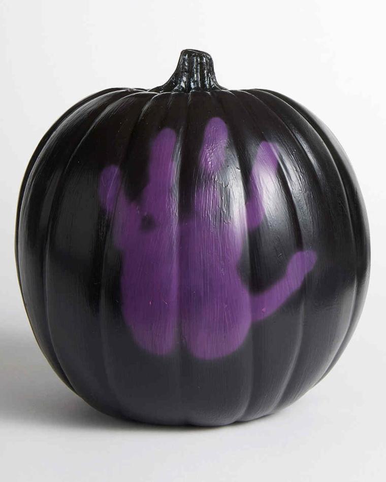 Zucca di Halloween disegno di una mano su base di colore nero