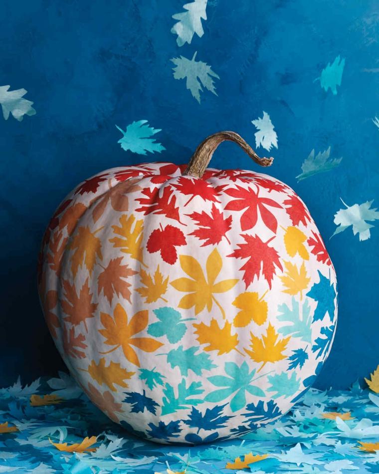 Come intagliare una zucca, vernice bianca come base e tante foglie di diverso colore