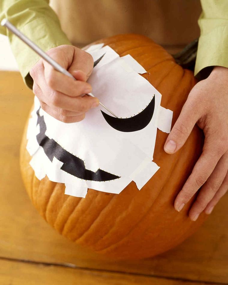 Come intagliare una zucca, punteggiare la faccia sullo stencil di carta