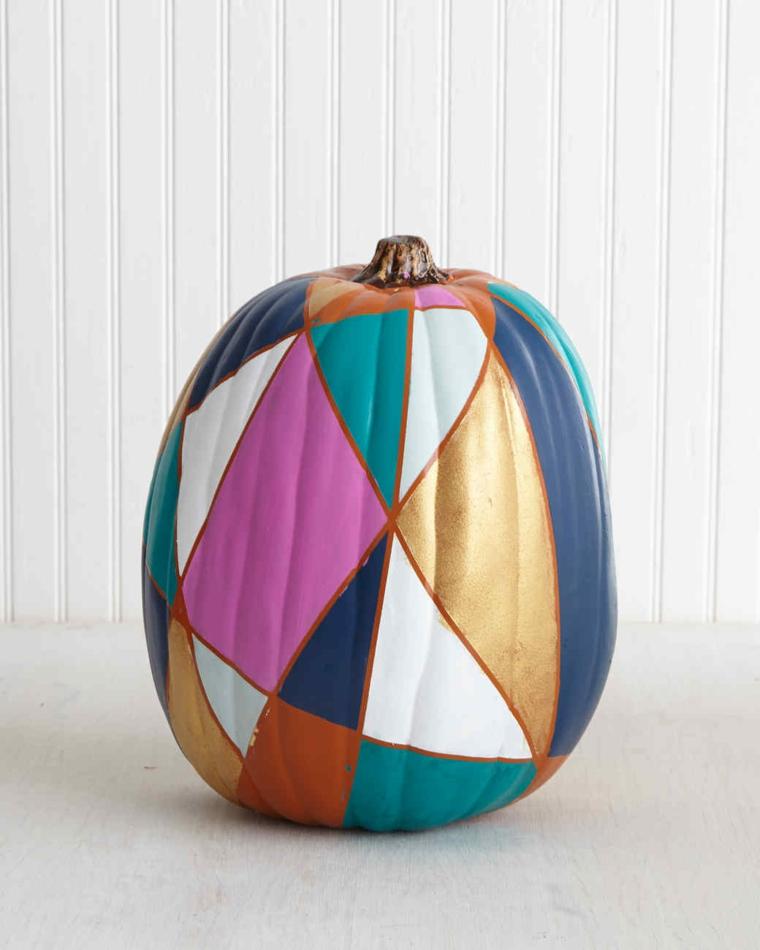 Decorazione di una zucca di Halloween con forme geometriche dipinte di diverso colore