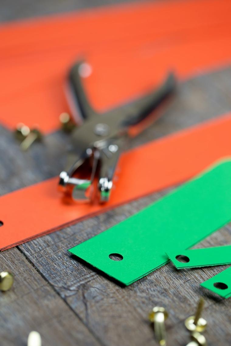 Cartoncini di carta forma rettangolare colorati e e fermacampioni metallici