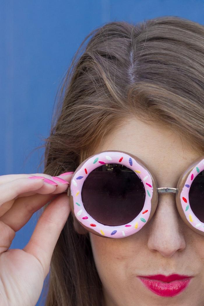 Idee lavoro creativo per la decorazione di occhiali da sole, disegno di una ciambella colorata