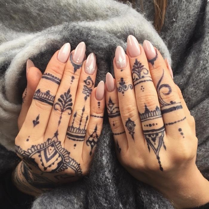 Tatuaggi sulle mani e un'idea con un tattoo Henna con simboli e vari disegni