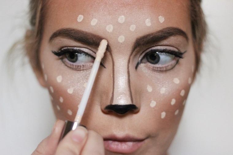 Trucchi Halloween facili, ragazza e un make up da cervo con contouring e illuminante per il viso