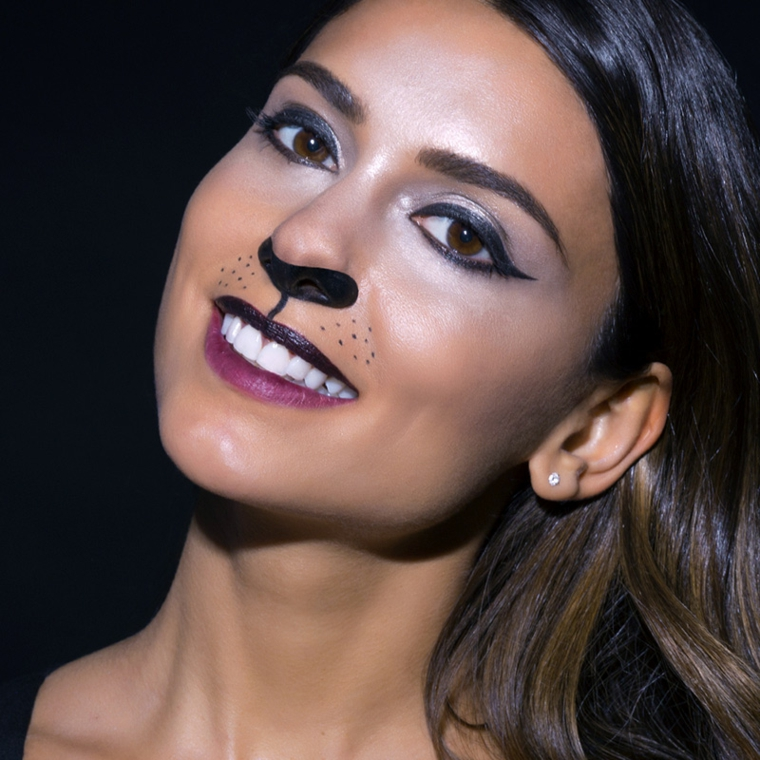 Trucchi Halloween facili, ragazza con un make up da gatto on ombretto e rossetto