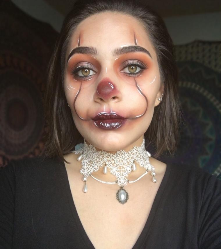 Ragazza truccata per Halloween come un pagliaccio con ombretto di colore marrone
