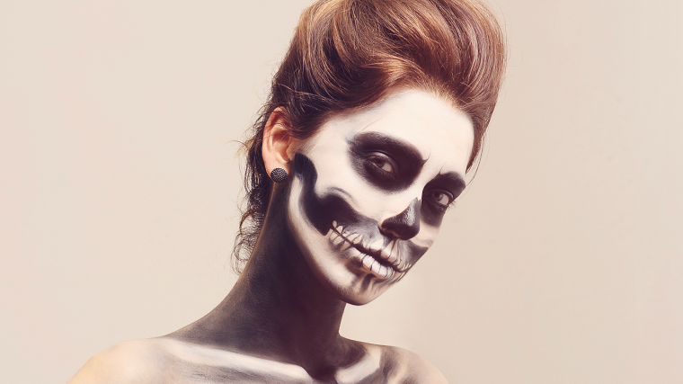 Trucchi per Halloween semplici, ragazza con un make up da scheletro