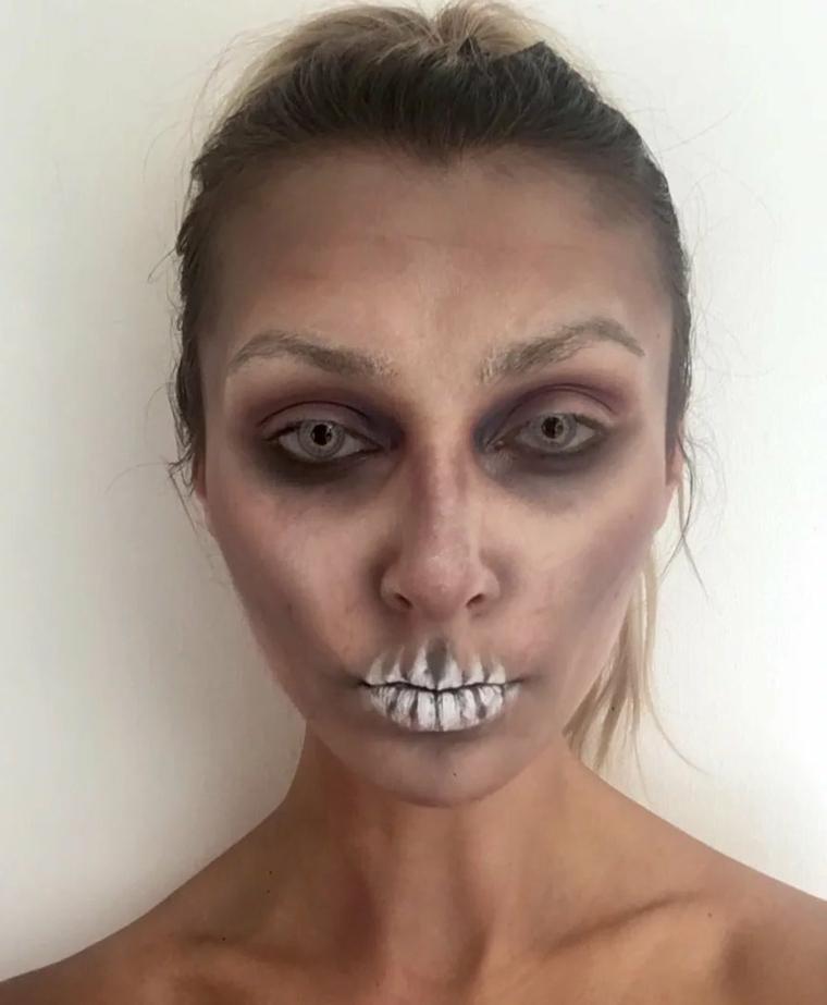 Ragazza truccata come uno zombie e denti bianchi, make up con contouring e sfumature