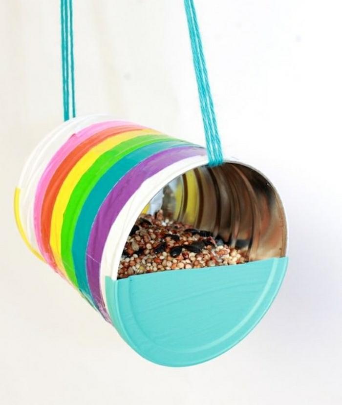 Idee lavoro artigianale con una mangiatoia per uccelli da un barattolo di latta colorato