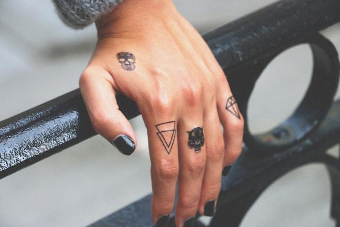 Idea per dei tattoo sulle mani, un'idea con dei disegni di triangoli e teschio