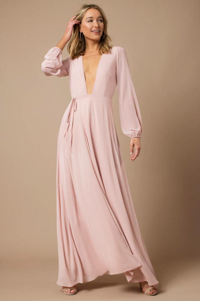 Abbigliamento elegante per una cerimonia con abito di colore rosa, vestito fluido con scollatura profonda