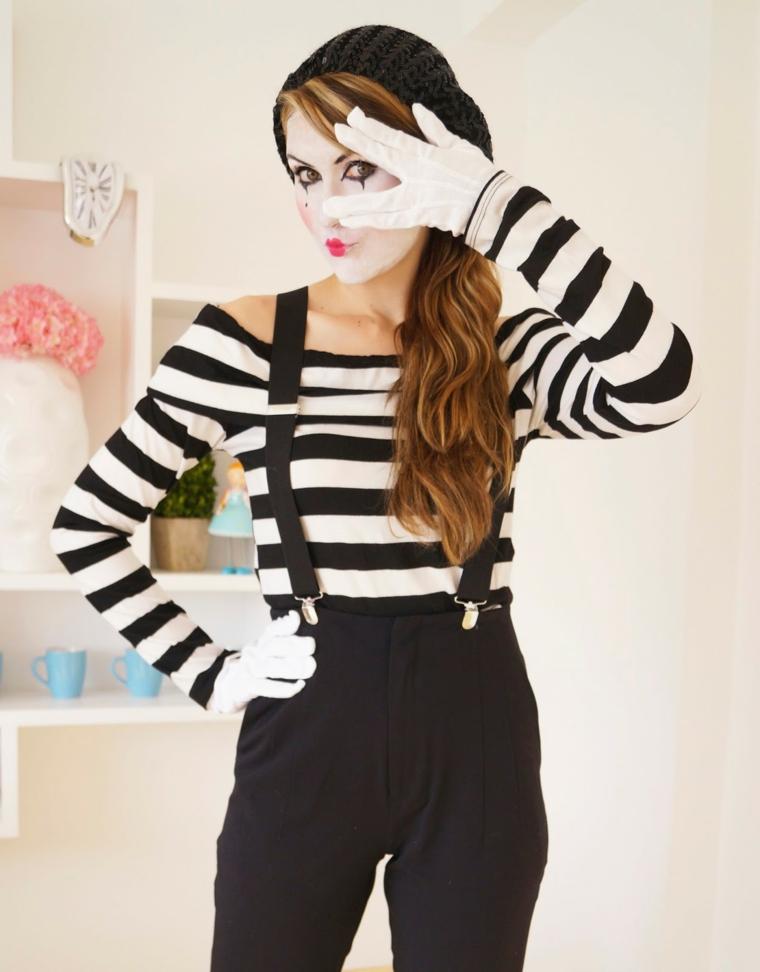 Come vestirsi ad Halloween, ragazza travestita come un mimo con pantalone nero e maglietta a strisce
