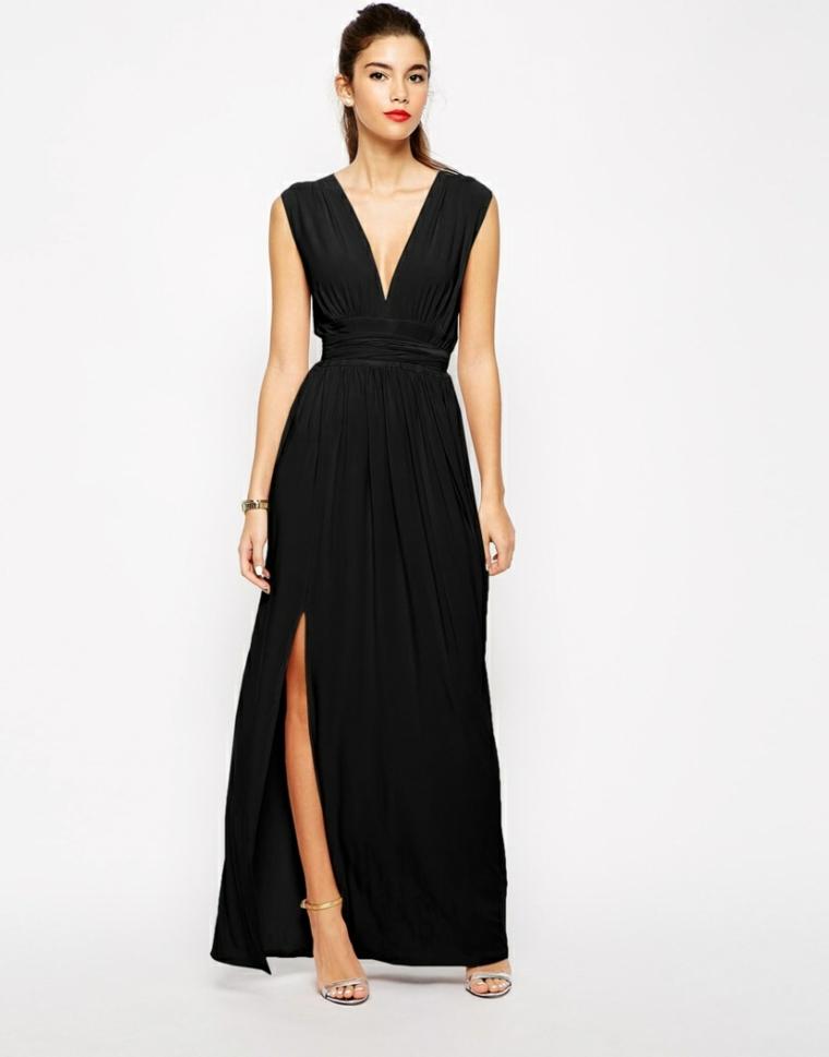Donna con un vestito da cerimonia di sera, abito di colore nero con spacco e scollatura a V